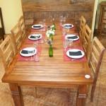 Mesa com oito lugares em madeira